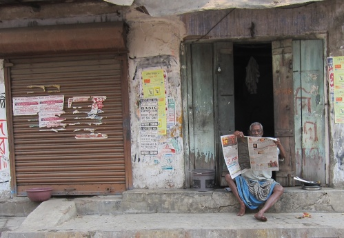 Old man reading the newspaper in Sovabazar. | 16 March 13 | Kolkata, India