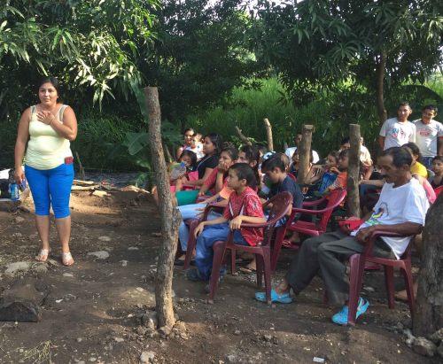 el-maderal-woman-gives-thanks